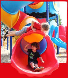 Kindje-glijbaan-rodeachtergrond